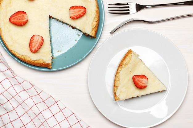 イチゴとチーズケーキのトップビュー。 Premium写真