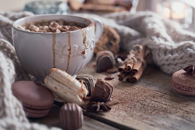 ホットチョコレートまたはココアとマシュマロとクリスマスまたは新年の組成 Premium写真