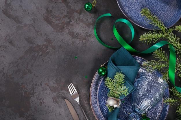 Темно синий рождественские украшения с еловой веткой. Premium Фотографии