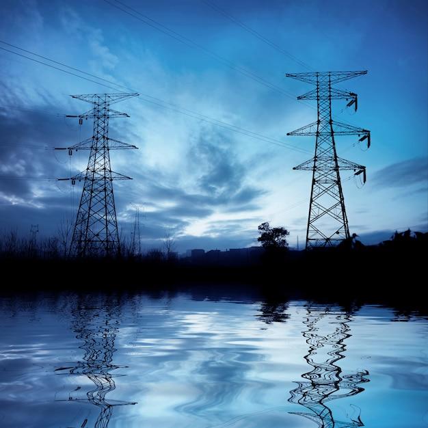 夜の高電圧タワー Premium写真