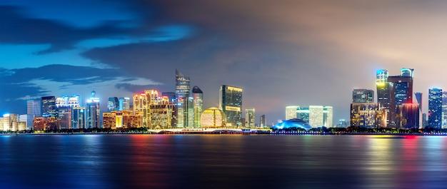 Горизонт современного города от моря Premium Фотографии