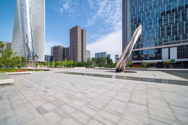 都市広場と高層ビル Premium写真