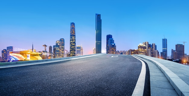 近代的な建物の横にあるアスファルト道路 Premium写真