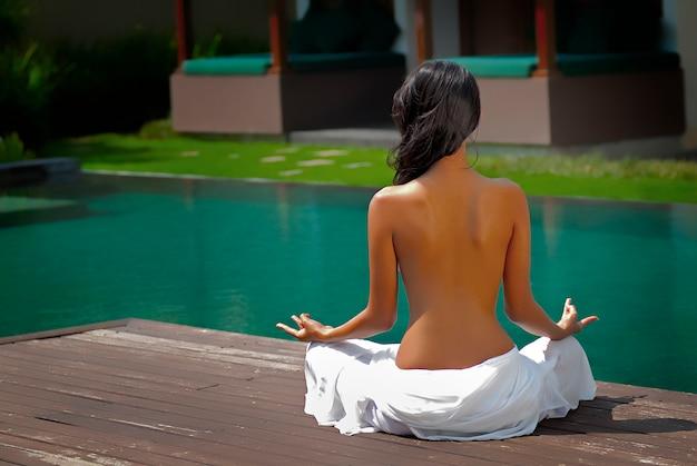 若い女性は瞑想します 無料写真