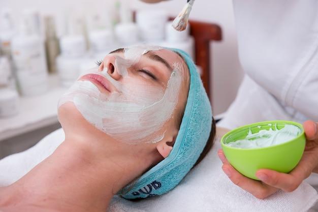 顔のマスクを持つ女性のクローズアップ 無料写真