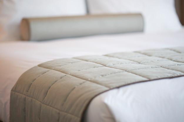 Крупным планом серым одеялом на кровати Бесплатные Фотографии