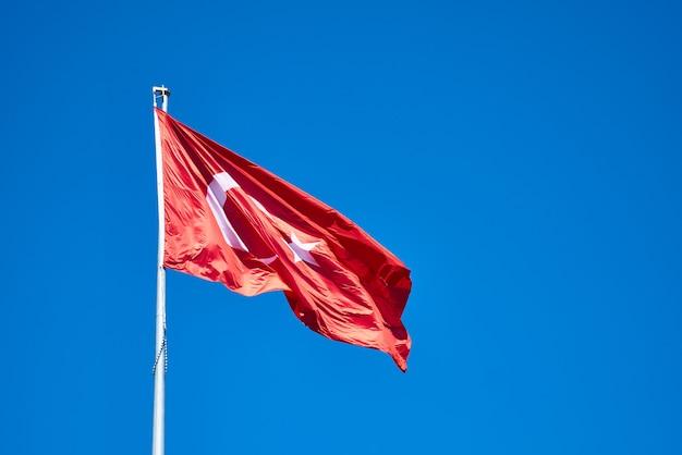 トルコの国旗と青い空 Premium写真