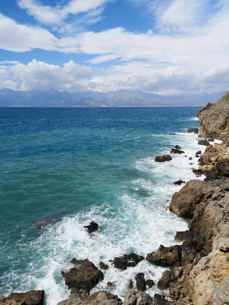 素晴らしい海の景色と美しい空 Premium写真