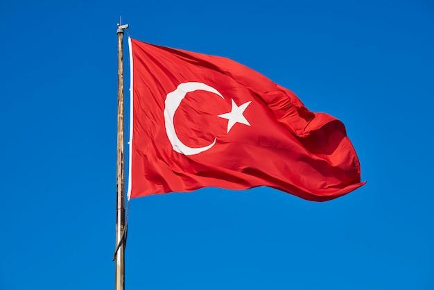 トルコの旗と青い空 Premium写真