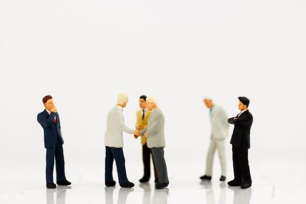 パートナーシップとビジネスマンの握手のミニチュア Premium写真