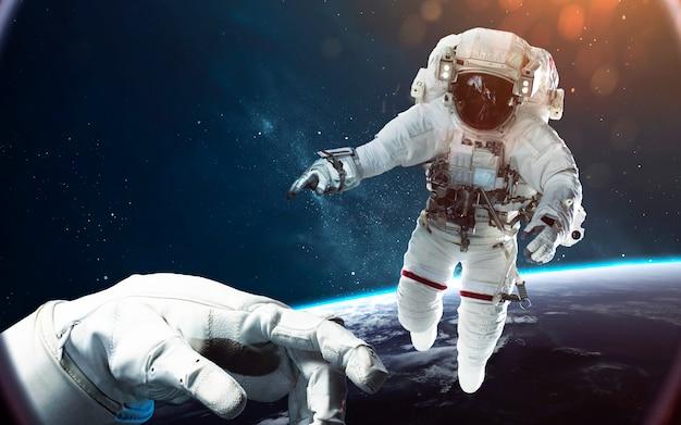 宇宙遊歩道で勇敢な宇宙飛行士。宇宙の人々 Premium写真