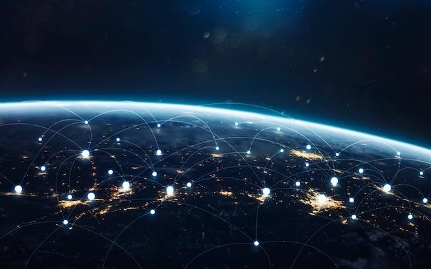 世界中のデータ交換とグローバルネットワーク。夜の地球、軌道から街の明かり。 Premium写真