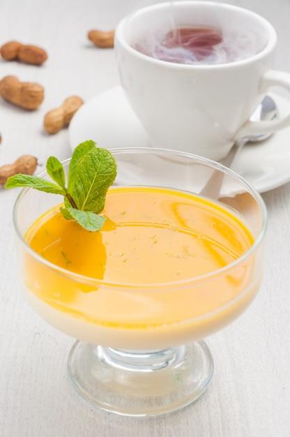 マンゴーとホットティーのおいしいパナコッタデザート Premium写真
