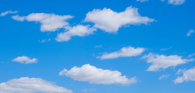晴れた夏の日に無料の牧歌的な青い空に白い雲。 Premium写真
