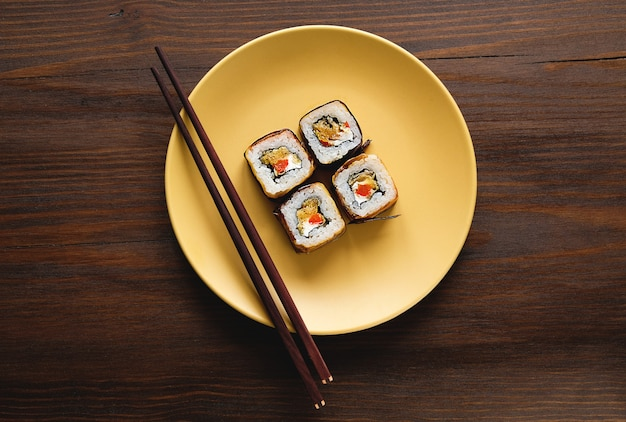Вегетарианские овощные суши на тарелке Premium Фотографии