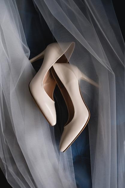ベージュのブライダルシューズ。結婚式の日。 Premium写真