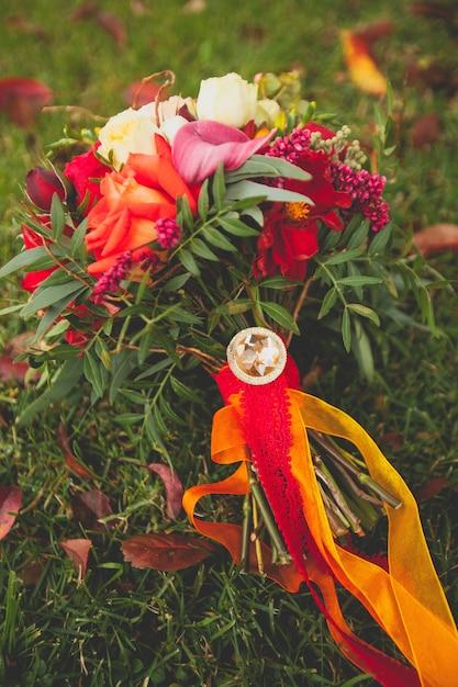 美しい秋のブライダルブーケは草の上にあります。 Premium写真