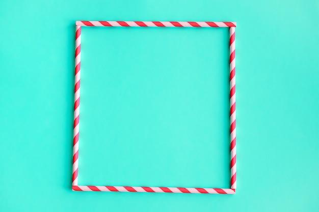ジュースやグリーンカクテルを飲むための色の縞模様のストローの正方形。 Premium写真