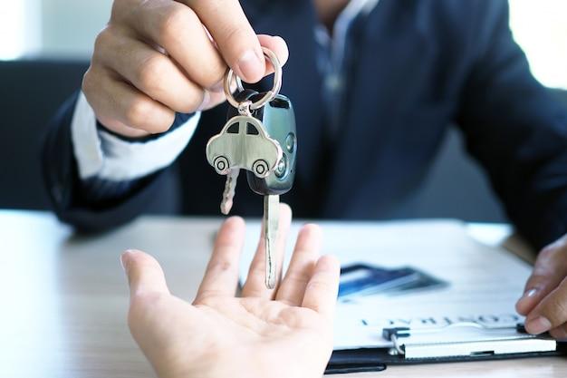 自動車販売員と新しい所有者への鍵 Premium写真