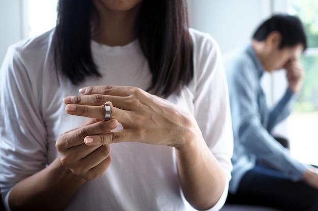 У пар возникают проблемы в отношениях после ссоры, обижаются. жена взяла обручальное кольцо и решила бросить и развестись. Premium Фотографии
