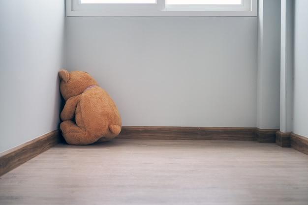 悲しみの概念は、単独で、悲しみと失望に見えます。 Premium写真