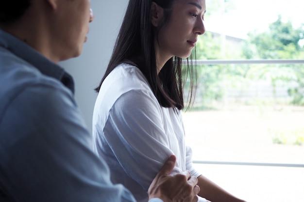女性は夫の悪い行動と戦った後、落ち込んで、動揺して、悲しく感じました。不幸な若い妻は結婚後に問題にうんざりしました。 Premium写真