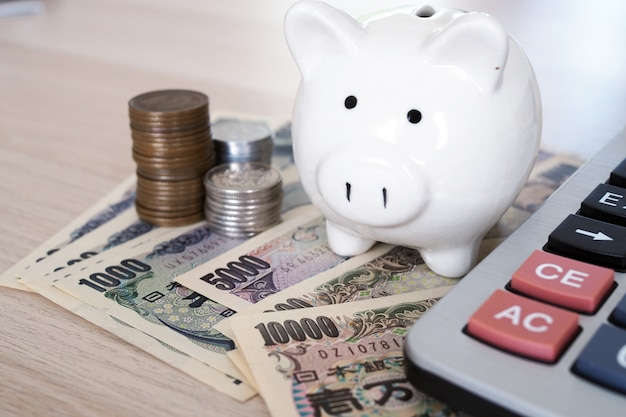 日本円紙幣とお金の概念のための日本円硬貨 Premium写真
