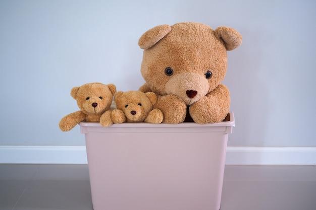 Группа шатен медведей в розовой коробке Premium Фотографии