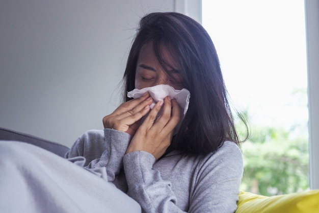 アジアの女性は、高熱と鼻水があります。病気 Premium写真