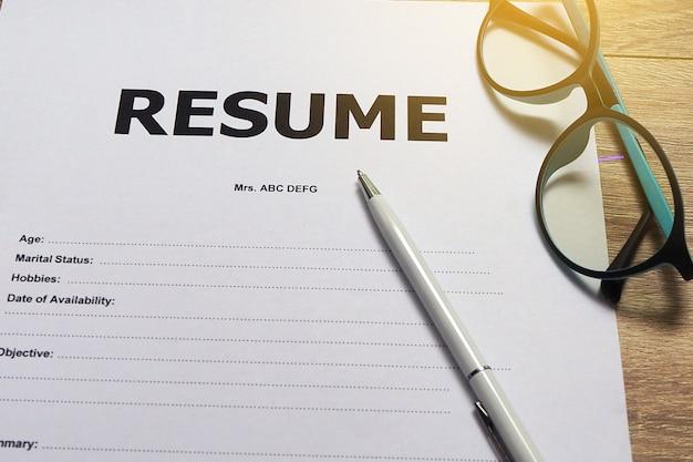 求人応募フォームペンとメガネを用意してください。 Premium写真