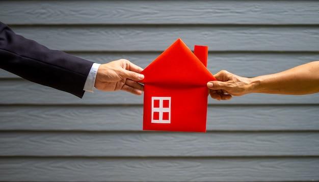 赤い家を保持しているビジネスマン Premium写真