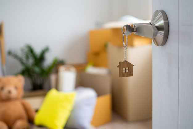 開いている新しい家のドアの鍵 Premium写真