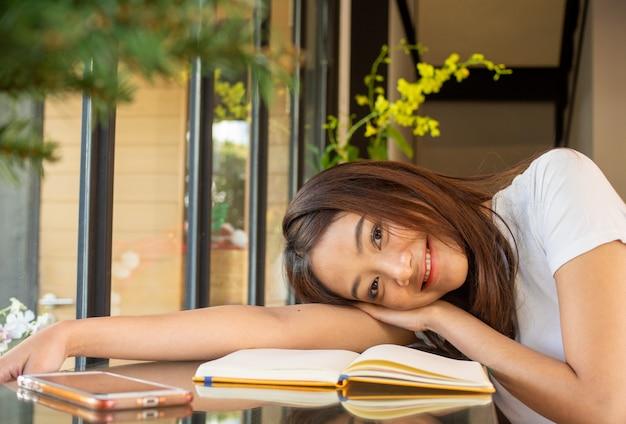 明るい笑顔で美しいアジアの学生 Premium写真