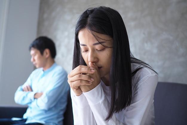 アジアのカップルは、議論の後にストレスと動揺 Premium写真