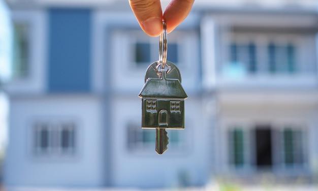 家主が新しい家の家の鍵を開ける Premium写真