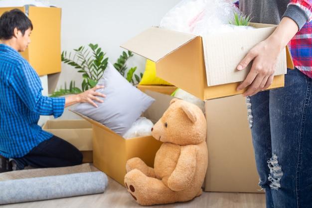兄弟姉妹は私物を新しい家に移すのを助けました。引っ越しの日 Premium写真