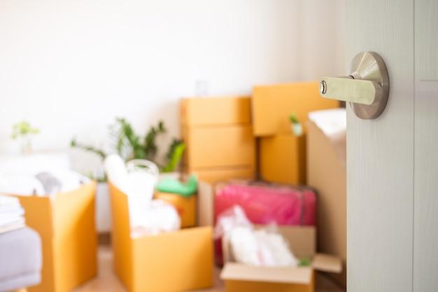 Дверь, которая открыта внутри комнаты, имеет личные вещи, ожидающие перемещения. переезд в новый дом Premium Фотографии