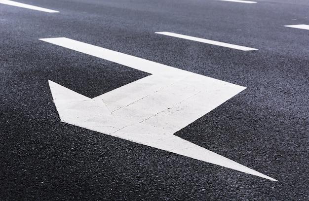 車線変更を示す矢印 無料写真