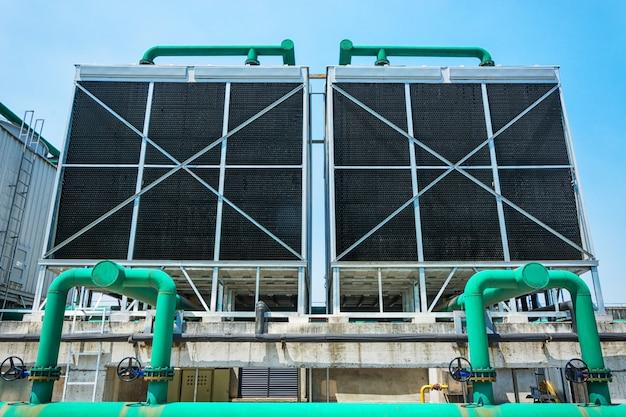 データセンタービル内の冷却塔のセット。 無料写真