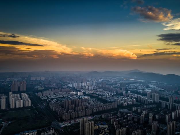Большой городской горизонт с городскими небоскребами на фоне заката. Бесплатные Фотографии