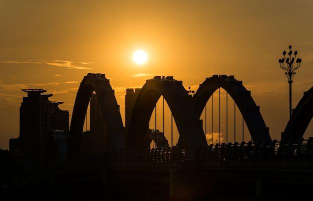 夕暮れ時の古い鉄橋 無料写真