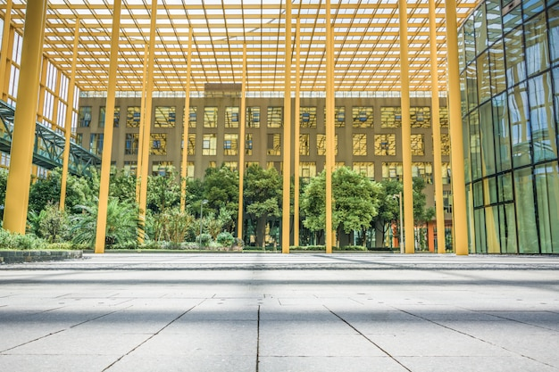 建物の外の廊下、青いガラスの建物への通路。 Premium写真