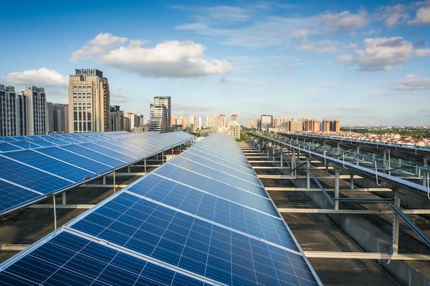 街の前の太陽光発電パネル Premium写真