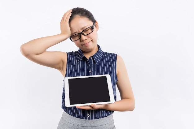 Портрет красивой женщины: деловая женщина азии использует новые технологии и находит некоторую информацию для своей работы. очаровательная деловая женщина чувствует себя счастливой и наслаждается своей работой. великолепная женщина стоит в офисе Premium Фотографии