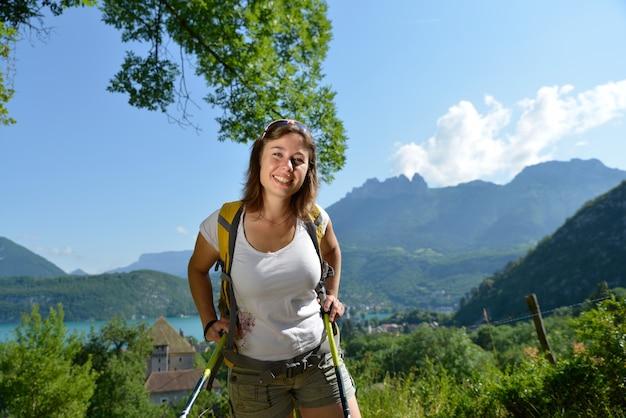 若い女性はアルプスでハイキングします。 Premium写真