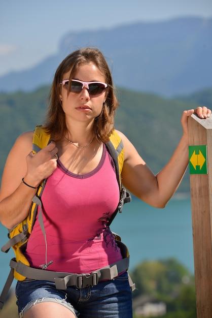 若い女性がフランスアルプスでハイキングします。 Premium写真