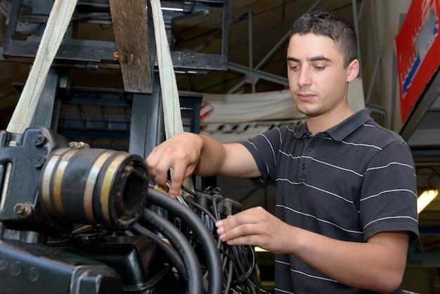 モーターボートおよびその他の修理若い男メカニック Premium写真