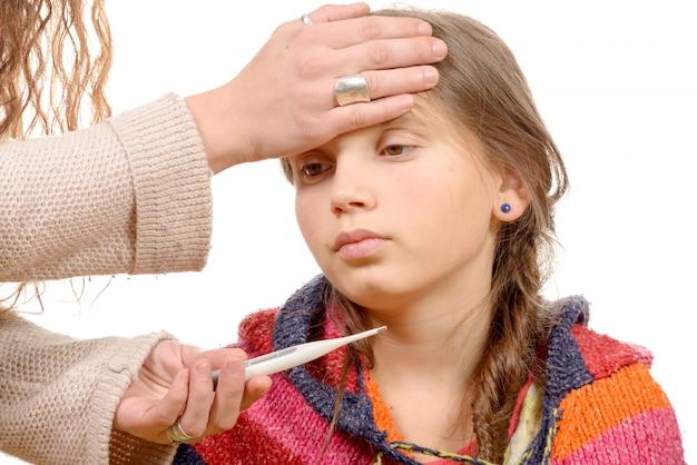 Мать измеряет температуру своего больного ребенка. Premium Фотографии