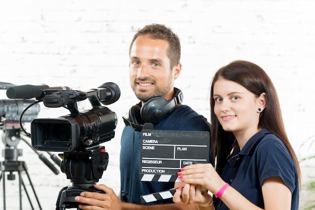 Юноша и девушка с кинокамерой Premium Фотографии