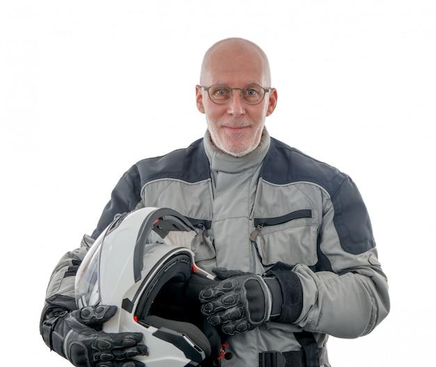 白いヘルメットの白い背景で隔離のシニアライダー Premium写真